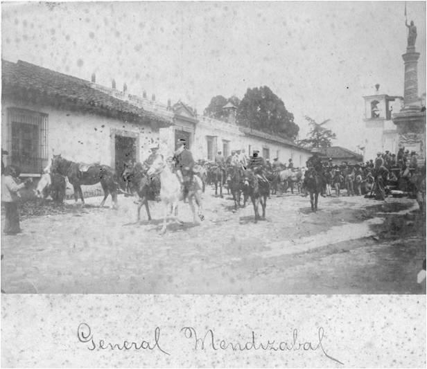 Fotografía de Quetzaltenango, Ermita de San Nicolás, luego de la Revolución de 1897. En la construcción de la izquierda de ambas imágenes se pueden ver los impactos de bala producto de los combates. Fuente: Skyscrappercity, foro de la ciudad de Quezaltenango.