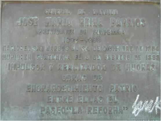 Placa colocada en el pedestal del monumento al general José María Reina Barrios, en la Avenida de la Reforma, zona 10. (Fotografía de Rodrigo Fernández Ordóñez).
