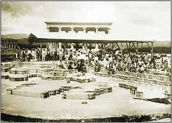 Vista de las obras de cimentación del Mapa en Relieve, con los trabajadores en segundo plano, y el Templo de Minerva al fondo. (Fuente Skyscrapercity, foro de la ciudad de Guatemala).