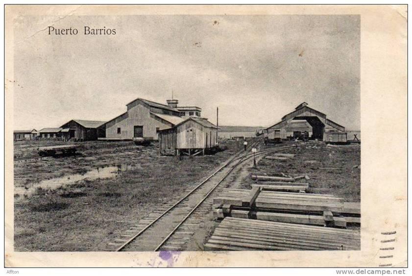 Puerto Barrios. Interesante fotografía que permite observar el inicio de la línea del ferrocarril sobre la bahía de Amatique, cuyas aguas se observan al fondo. (Fuente: www.delcampe.net, sitio que ofrece interesantes fotografías antiguas de todo el mundo).