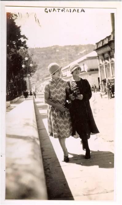 Mujeres paseando