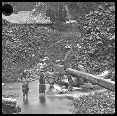 Mujeres indígenas bañándose en el río. Muybridge, 1875. Otra de las espectaculares fotografías de Muybridge, que corresponde a la Finca San Isidro.