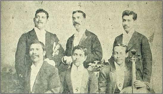 Rafael Álvarez Ovalle (sentado, primero a la izquierda). Le acompañan: Ramón González (1), Francisco Gutiérrez (2), Agustín Ruano (3), Rafael González (5) y Tránsito Molina (6). (Fuente: Prensa Libre, Revista D. No. 114, 10 de septiembre de 2006).