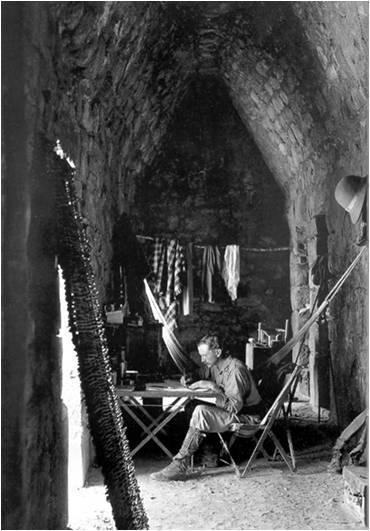 Fascinante fotografía de Maudslay (autor de las fotos que ilustran esta cápsula), en el interior de un edificio de Chichén Iztá, 1889.