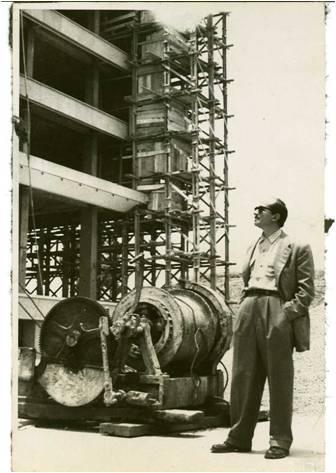 Imagen 1. El artista Guillermo Grajeda Mena al pie de las obras del Palacio Municipal, Centro Cívico, 1957.