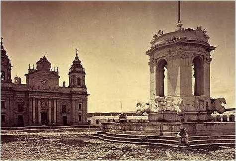 Plaza central de la ciudad de Guatemala, en donde se alzaba la Fuente de Carlos III, hoy en la zona 9 de la ciudad. Foto original de Muybridge, 1875.