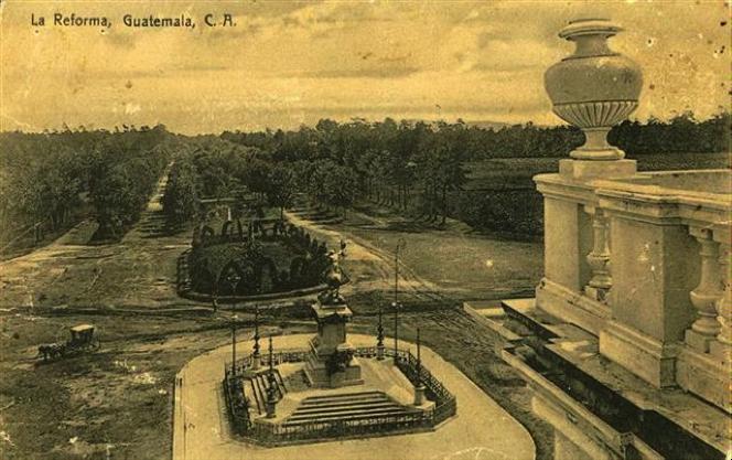 Imponente panorámica del Paseo de la Reforma y su jardín circundante, tomada desde la terraza del Palacio de la Reforma. Fotografía de Valdeavellano.