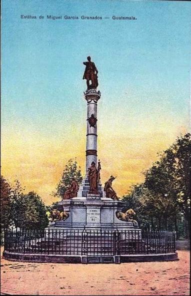 Hermosa fotografía de la columna dedicada al general Miguel García Granados al inicio del boulevard 30 de junio (hoy avenida Reforma), pintada a mano según la costumbre de la época, monumento que aún sobrevive en su sitio original.