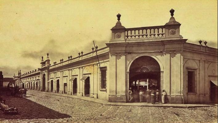 Impresionante fotografía de la fachada principal del Mercado Central, que antes de ser inaugurado sirvió como cuartel de las tropas liberales que ocuparon ciudad de Guatemala el día 30 de junio de 1871, tras derrotar a las fuerzas del general Vicente Cerna en la batalla de los llanos de San Lucas el día anterior.