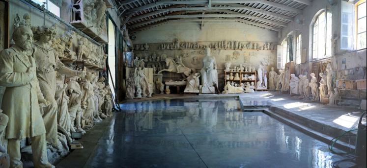 Interesante fotografía del Studio Nicoli, con 150 años de existencia y establecido en el centro de la ciudad de Carrara. En la pared del fondo se puede observar el modelo en yeso (asumo yo) de la estatua ecuestre del general Justo Rufino Barrios.