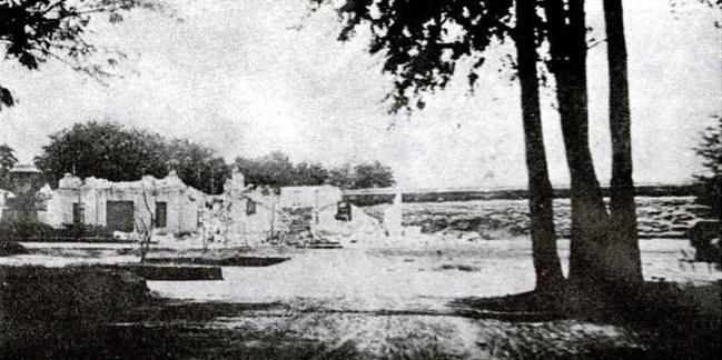 Dramática fotografía en la que se puede apreciar el estado en que quedó el Palacio de la Reforma tras los terremotos de diciembre de 1917 y enero de 1918. Como se puede observar, la destrucción del edificio fue total.