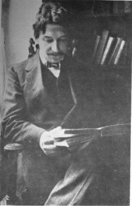 El periodista guatemalteco Enrique Gómez Carrillo en su estudio de París, en la época en que escribió la crónica que transcribimos más abajo (1905).