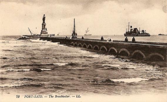 Rompeolas rematado con la estatua de Fernando de Lesseps, construido en la boca misma del Canal de Suez, en Port Said, del lado Mediterráneo. Del lado del mar Rojo, está la población de Suez.
