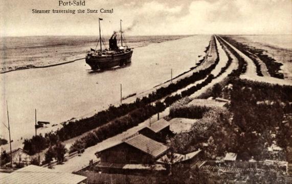 Un vapor se adentra en el Canal de Suez, dejando atrás a Port Said. Adelante, un desierto que se antoja infinito.