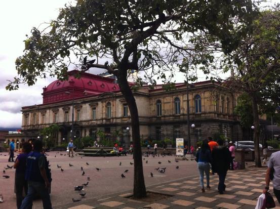Vista lateral del Teatro Nacional, sobresale la hermosa estructura de hierro sobre el techo. (Fotografía de RF).