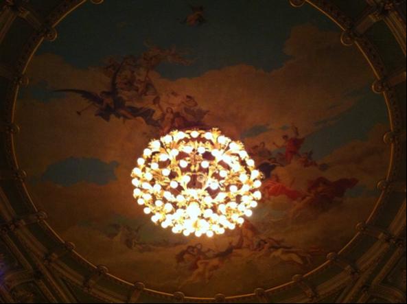 Interior de la sala principal del Teatro Nacional, un hermoso fresco preside el espacio, en el que destaca la fama, con una trompeta en la esquina superior izquierda, como dirigiendo a los demás personajes. (Fotografía RF).