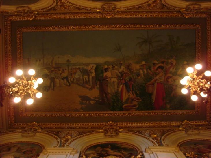 Otra vista de la alegoría pintada por Villa, con sus lámparas y demás decorado que lo complementan, constituyendo un conjunto imponente para el espectador que viene subiendo las escaleras de mármol.