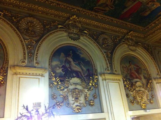Entrada al segundo piso, coronada por tres medallones, obras del pincel español de Tomás Povedano, alegoría del Comercio, el arte y la industria. En la fotografía solamente se aprecian las dos últimas.  (Fotografía RF).