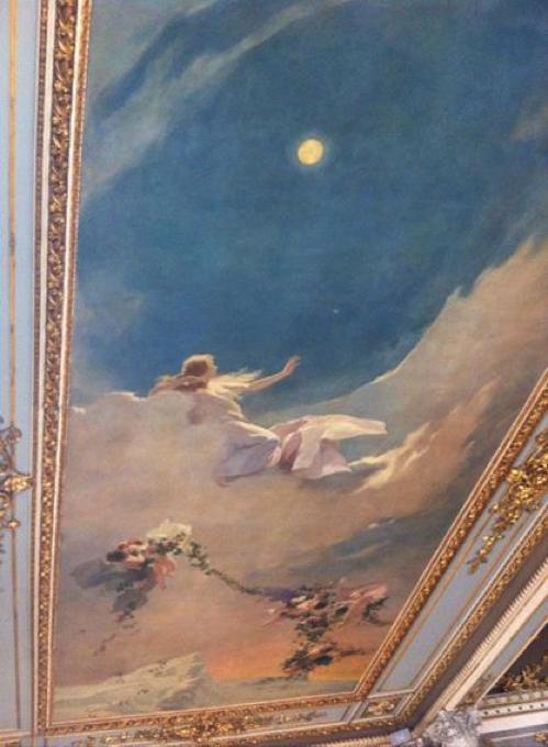 """Hermosa pintura que decora uno de los tres plafones del techo del Foyer. Titulada """"La noche"""" (otros la llaman el beso), está acompañada de otras obras de hermosa ejecución de la Aurora y el Mediodía, todas pintadas por el artista italiano Luigi Vignani.  (Fotografía de RF)."""