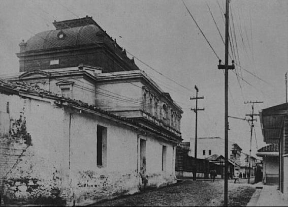 Parte trasera del Teatro Nacional. Esta calle pone de manifiesto el poco desarrollo urbano de la ciudad de San José, contrastando con la majestuosidad de su Teatro.