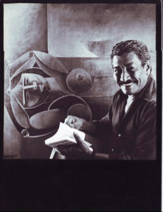 Marco Augusto Quiroa, frente a una de sus obras.