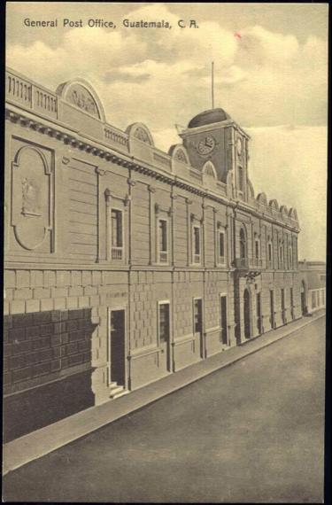 Oficinas centrales de la Dirección General de Correos en ciudad de Guatemala, ocupando el antiguo edificio del Convento de San Francisco. (Fotografía de Valdeavellano).
