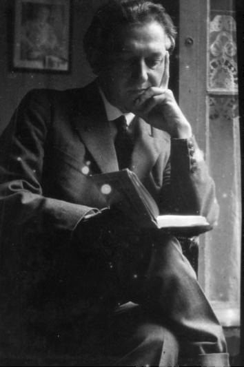 """Enrique Gómez Carrillo lee en su casa de descanso en Niza, """"El Mirador"""", sus canas y rostro rasurado denotan que la fotografía corresponde a la madurez del autor, posiblemente de la época de su viaje a Marruecos."""