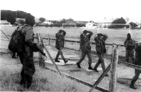 Comandos argentinos llevan prisioneros a soldados británicos, luego del desembarco sorpresivo en las Malvinas.