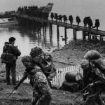 Tropas británicas desembarcan en las Malvinas.