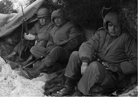 Soldados argentinos dentro de una trinchera en Malvinas.
