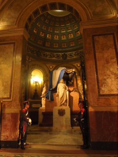 Imponente monumento y tumba del General José de San Martín, en el interior de la Catedral de Buenos Aires. En la fachada exterior del templo, una antorcha arde de forma permanente en su memoria. (Fotografía: RFO).