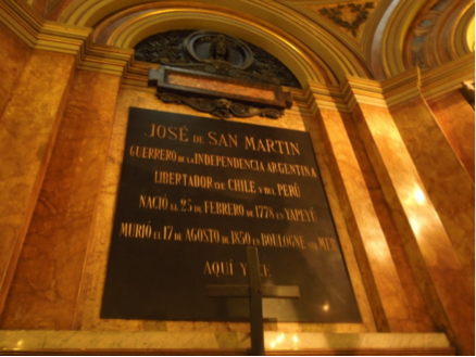 Lápida en la pared posterior de la capilla en que descansan los restos del General San Martín, en el interior de la catedral de Buenos Aires. (Fotografía: RFO).