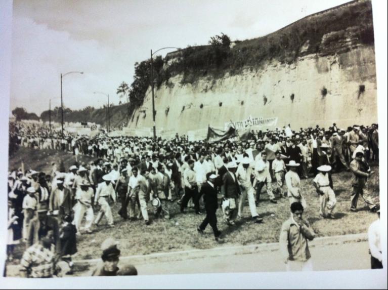 Imagen 3. La multitud baja por la actual calle Mateo Flores rumbo al Estadio Nacional, a la derecha pueden verse el murallón que ocupa actualmente el INTECAP y los terrenos de la abandonada FEGUA.
