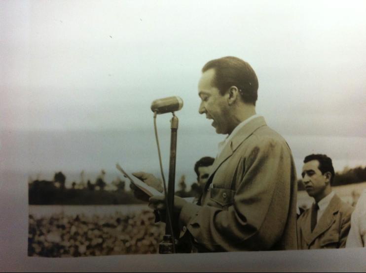 Imágenes 5 y 6. Oradores se dirigen a la multitud congregada en los graderíos del Estadio Nacional.