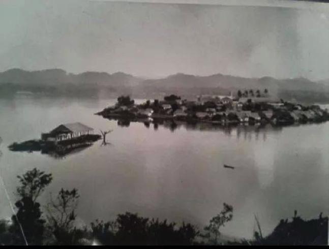 Espectacular fotografía de la Isla de Flores, aproximadamente de 1930. No habría cambiado mucho su aspecto desde que el Doctor Molina Flores deambuló por sus calles matando el tiempo durante su destierro en 1888. (Fotografía propiedad Guillermo Fion).