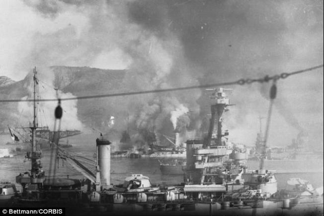 En la fotografía la flota británica destruye a la francesa que se había refugiado en Orán, tras la rendición. Los recuerdos de Churchill alcanzan tonos dramáticos cuando ordena el bombardeo de hombres que hasta hacía poco tiempo, eran sus aliados en la guerra.