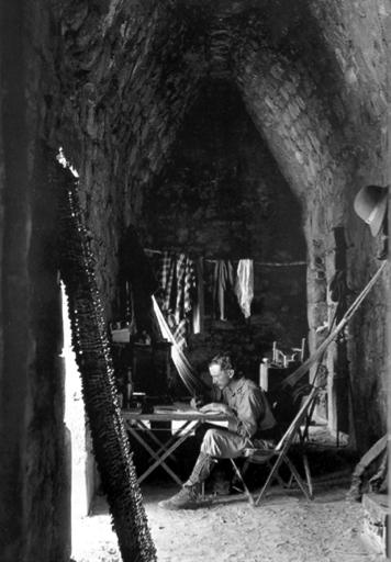 Maudslay, en su improvisada residencia y taller de trabajo instalados en el interior de un edificio de Chichén Iztá, 1889.