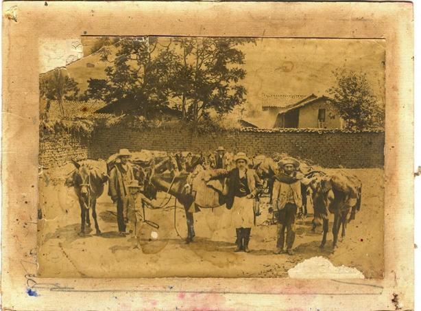 """Arrieros mexicanos preparan su patacho en el patio de una hacienda. """"…Y ahí están sus cosas, para quien quiera venir a ver cómo vivió y lo que le gustaba de la vida…""""."""