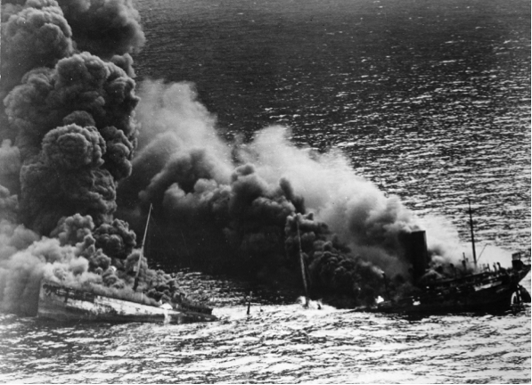 . Barco petrolero aliado se hunde luego de un exitoso ataque por parte de un U-Boot alemán, octubre de 1942.