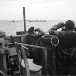 Oficiales británicos vigilan el paso de un convoy desde el puente de un destructor. Octubre de 1941.