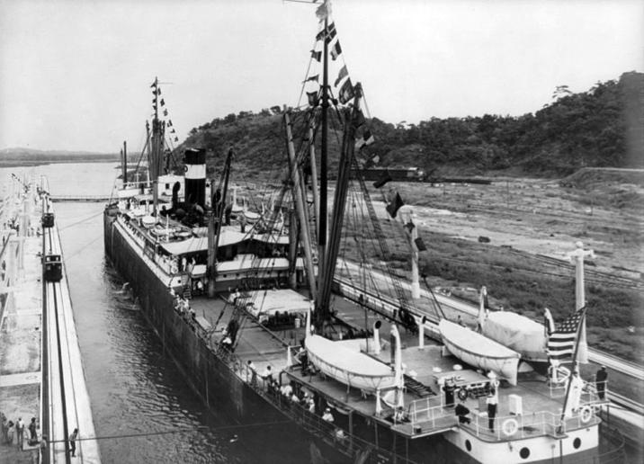 El vapor estadounidense SS Ancón, a su paso por las esclusas de Miraflores, el 15 de agosto de 1914, el primer buque en cruzar la totalidad del Canal de Panamá.