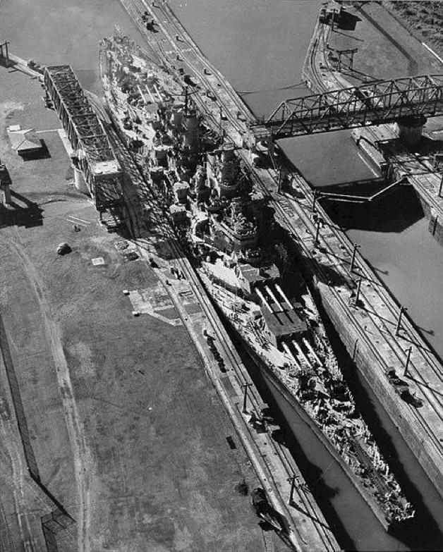 El acorazado USS Missouri a su paso por las esclusas de Miraflores, el 13 de octubre de 1945. El Canal de Panamá le permitió a los Estados Unidos proyectar su flota a los dos océanos, acortando en semanas los viajes de sus naves de guerra para enfrentar cualquier amenaza y proteger sus costas, otorgándole a la obra de ingeniería un valor estratégico fundamental para la defensa de los intereses estadounidenses.
