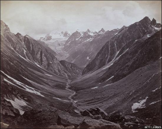 """Valle Lahaul, Cachemira. La vista de los imponentes picos nevados del Himalaya provocaron líneas de admiración en las cartas de María Cruz. Sobre esta región escribió: """"…Lo que me ha conmovido más profundamente es el paisaje. Además, las faldas de las montañas están llenas de lugares sagrados. Me gustaría poder mandarle uno de los magníficos lotos que recogimos y que estoy viendo abrirse…""""."""