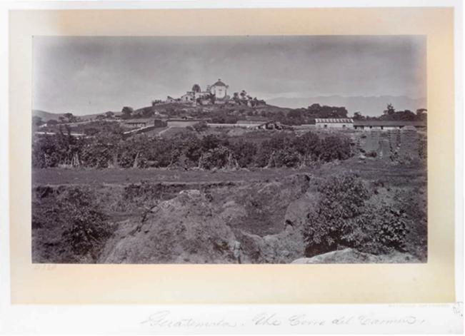 Imponente vista del Cerro del Carmen y su templo, de las primeras vistas que el viajante tenía de la ciudad, entrando por la garita del camino de El Incienso.