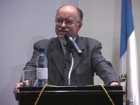 El autor durante el acto de recibimiento del premio del mejor autor del año, entregado por la Facultad de Derecho de la UFM, por la publicación de Un sueño de Primavera en 2012.