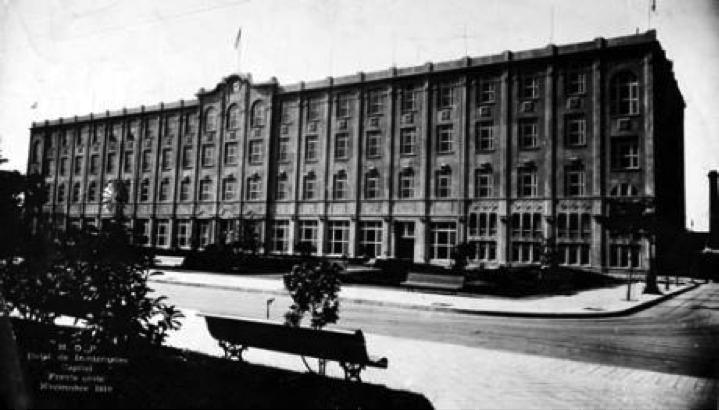 Hotel de Inmigrantes, en Buenos Aires. Inaugurado en 1911, el edificio tenía un área total de 10,000 metros cuadrados, con áreas de dormitorios con literas marineras de hierro y cuero y servicios de baño con agua caliente para hospedar por cinco días a los extranjeros recién llegados que se apegaban al programa de fomento de la migración hacia el interior del país.
