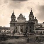 Impresionante fotografía de la Catedral Metropolitana y su plaza central en obras, en proceso de convertirse en parque, a juzgar por las jardineras que se dibujan ya a la izquierda. Fechada en 1880, sin identificación del autor.