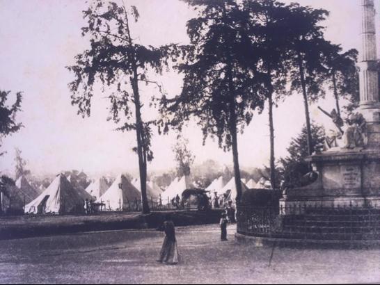 Interesante fotografía del campamento provisional para los damnificados por los terremotos de 1917-1918 levantado en lo que eran los campos del Paseo 30 de junio, actual avenida de La Reforma.