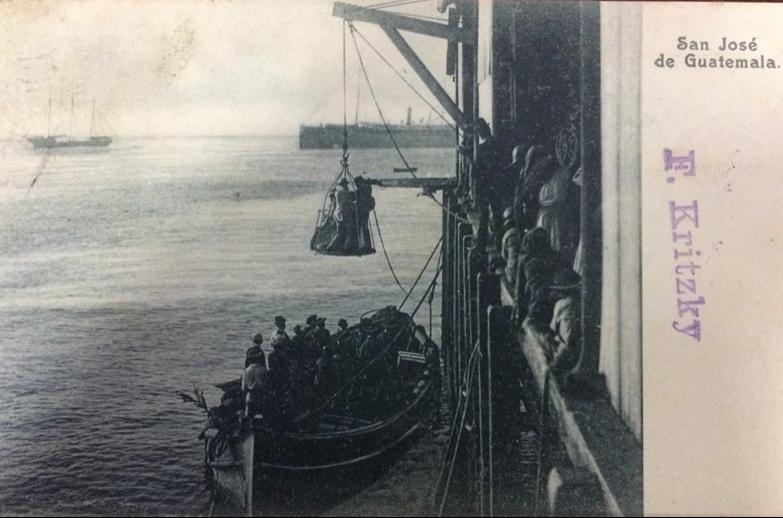 """En la imagen se aprecia la """"jaula"""" de desembarque en el extremo del muelle del Puerto de San José, en el que arribaron todos los extranjeros a finales del siglo XIX y principios del siglo XX. El señor Crosby no habrá sido la excepción."""