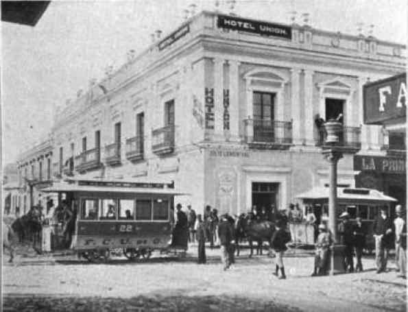Hermosa fotografía del Hotel Unión, con tranvías de mulas al frente, año y autor desconocidos.